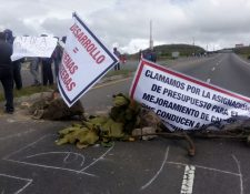 Vecinos de occidente bloquean el paso de vehículos en la Cumbre de Alaska, Sololá. (Foto Prensa Libre: Ángel Julajuj)