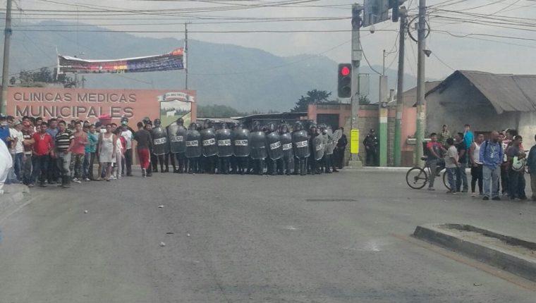 Agentes antimotines fueron enviados al lugar para controlar a la turba.(Foto Prensa Libre: cortesía)