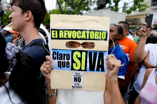 Oposición completa firmas para activar revocatorio contra Maduro