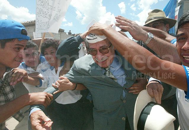 Ríos Montt es apedreado en Rabinal