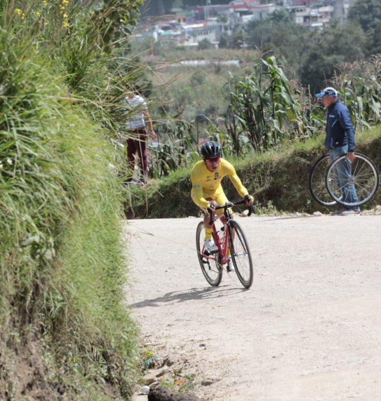El esfuerzo de Alfredo Ajpacajá en los últimos metros de la cronoescalada. (Foto Prensa Libre: Norvin Mendoza)