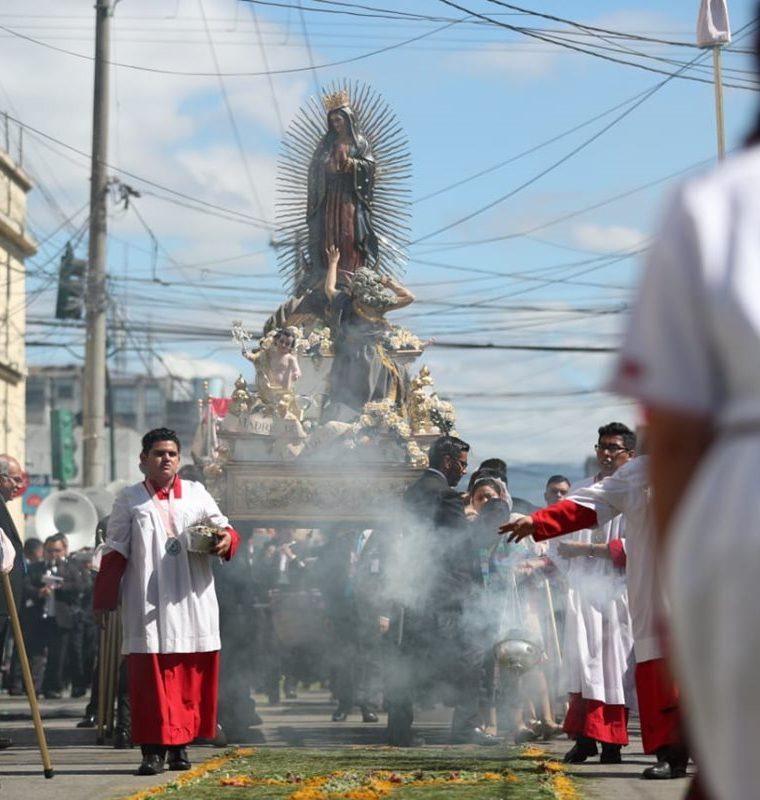 La imagen de la Virgen de Guadalupe recorre en procesión las calles de la ciudad de Guatemala. (Foto Prensa Libre: Carlos Hernández Ovalle)