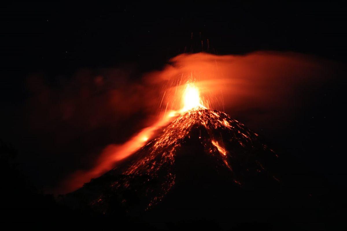 La erupción del Volcán de Fuego es visible a varios kilómetros de distancia. (Foto Prensa Libre: Carlos Paredes)