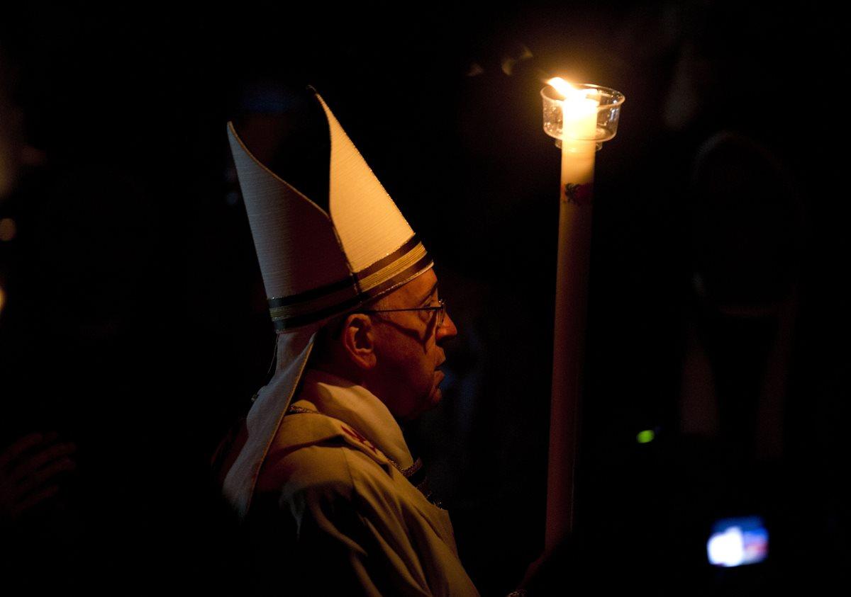 El Papa Francisco durante la celebración de la Vigilia Pascual en la Basílica de San Pedro del Vaticano. (Foto: AP)