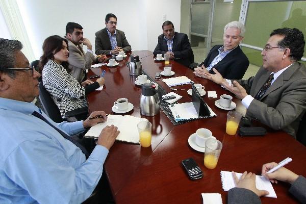 Juan Carlos Paredes y Enrique Lacs Palomo, consultores independientes,  y Erasmo Velásquez, director de la Escuela de Economía de la Usac -derecha-, exponen a los periodistas de Mundo Económico las proyecciones para el 2014.