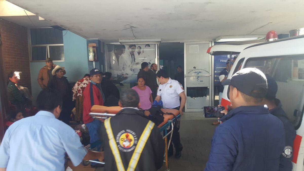 Bomberos Voluntarios trasladaron a las personas heridas a la emergencia del HRO. (Foto Prensa Libre: Cortesía)