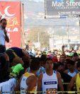 El alcalde Luis Grijalva intenta hablar ante los maratonistas. (Foto Prensa Libre: Carlos Ventura)
