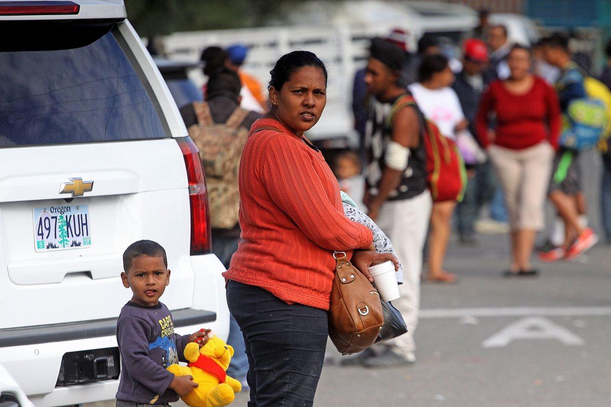 AME6265. TIJUANA (MÉXICO), 16/11/2018.- Personas de la caravana migrante descansan hoy, en la ciudad de Tijuana, en el estado de Baja California (México). Ante las previsibles dificultades que tendrán los migrantes de la caravana para cruzar la frontera estadounidense, las autoridades mexicanas se preparan para albergar durante varios meses a miles de centroamericanos en la ciudad de Tijuana. EFE/Alejandro Zepeda
