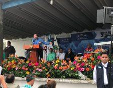 Presidente Jimmy Morales, el Ministro García, y diputados por Guatemala inician trabajos de reposición asfalto en la CA1 oriente, Santa Elena Barillas. (Foto Prensa Libre: Canal de Gobierno).