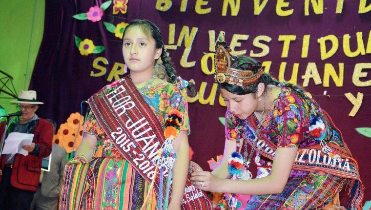 La Flor Juanera saliente María Ciriaca García impone la banda a Mariela Francisca Chavajay (Foto Prensa Libre: Édgar Sáenz)