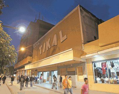 En las instalaciones donde funcionó el cine Tikal, en el Paseo de la Sexta y que tuvo su auge en los años de 1970, ahora funciona una venta de ropa. (Foto Prensa Libre: Hemeroteca PL)