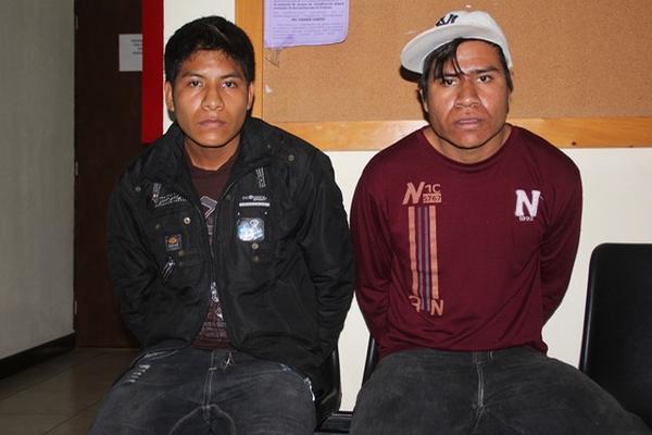 Jesús Mateo Mateo, de 23 años, y su hermano, Casimiro Mateo Mateo de 19, fueron capturados por las fuerzas de seguiridad en San Mateo Ixtatán. (Foto Prensa Libre: Mike Castillo)