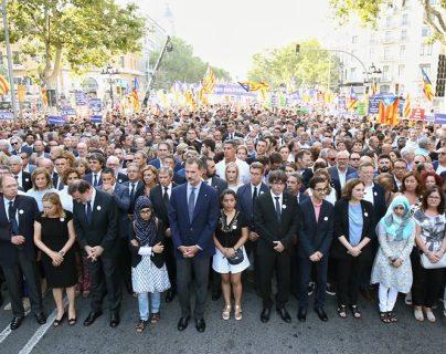El rey Felipe, el presidente del Gobierno, Mariano Rajoy; el presidente catalán, Carles Puigdemont, y la alcaldesa de Barcelona, Ada Colau, durante la manifestación contra el terrorismo. (Foto Prensa Libre:EFE).