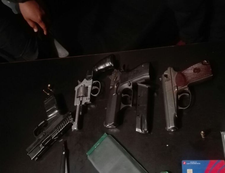 A uno de los capturados le encontraron cuatro armas de fuego y 20 celulares, entre ellos, uno que pertenecía a un PMT. (Foto Prensa Libre: Estuardo Paredes)