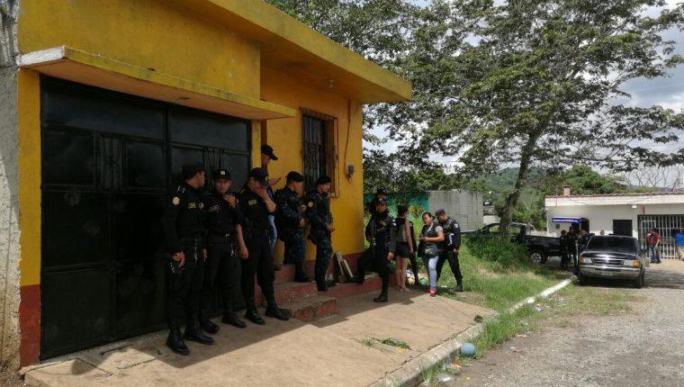 Agentes de la PNC resguardan vivienda en Cuilapa, Santa Rosa, donde fueron localizadas cuatro personas investigadas por la liberación de un reo. (Foto Prensa Libre)