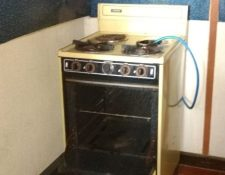 Los ilícitos hallados en Villa Canales estaban escondidos en una estufa. (Foto Prensa Libre: PNC)