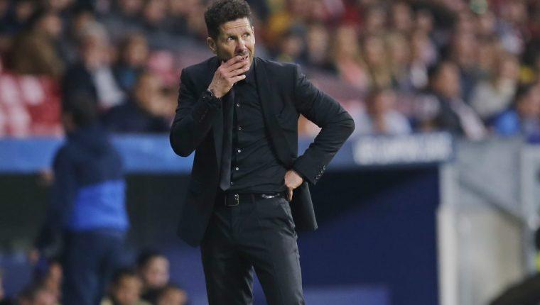 Diego Simeone durante el partido que el Atlético empató en casa contra el Qarabag. (Foto Prensa Libre: AP)