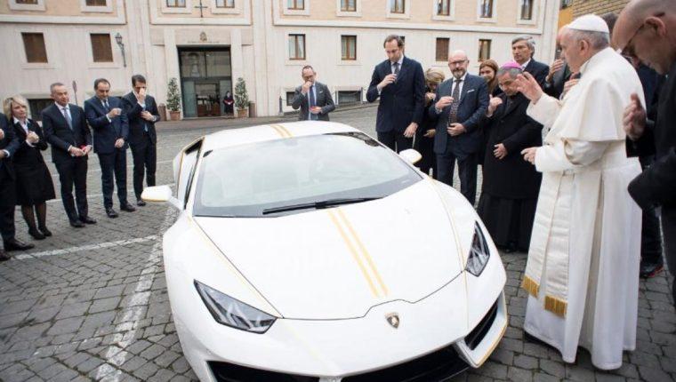 El papa Francisco bendice el automóvil que le regalaron el año pasado. (Foto Prensa Libre: AFP)