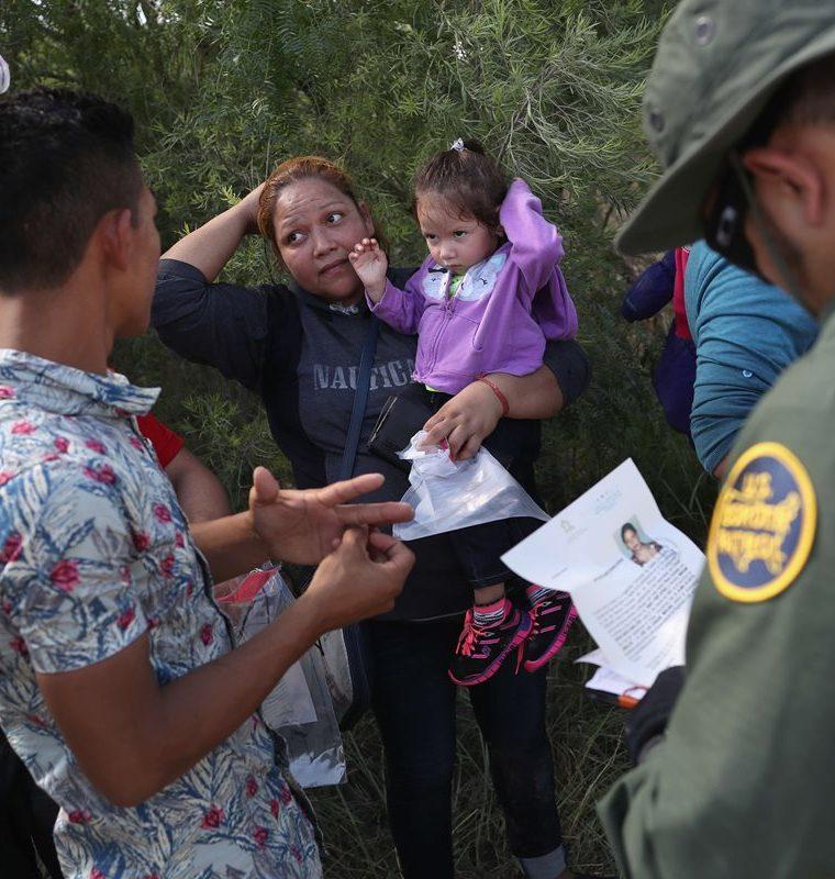 La Policía le sugiere a Trump que se trate a los migrantes con dignidad y compasión. (Foto Prensa Libre: AFP)