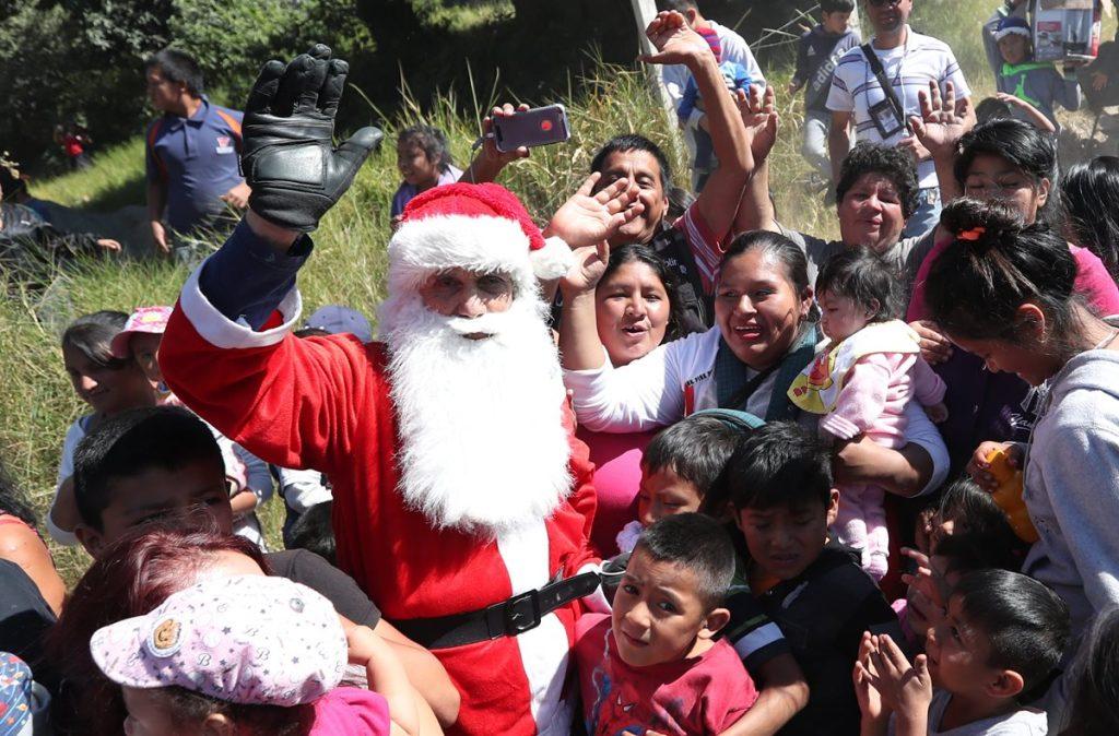 Santa Claus es recibido por varias familias, luego de saltar del puente Las Vacas.
