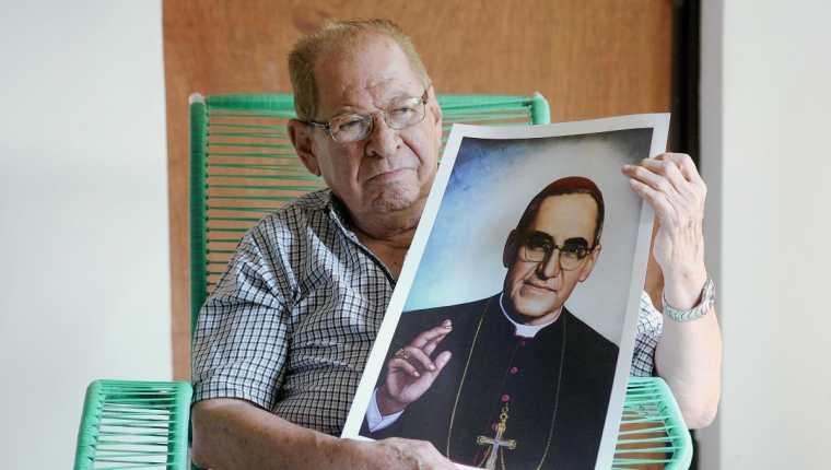 Gaspar Romero sostiene una foto de su hermano, Monseñor Óscar Arnulfo Romero, que será beatificado este sábado. (Foto Prensa Libre: AFP).