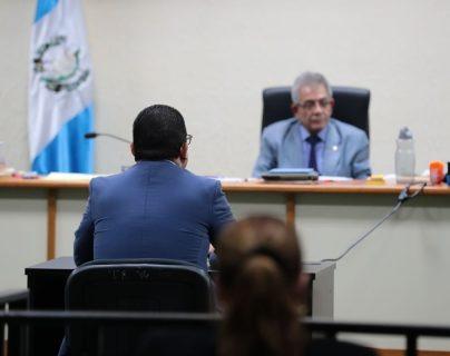 El juez Miguel Ángel Gálvez escucha a Juan Carlos Monzón durante la continuación de la audiencia en anticipo de prueba por el caso Cooptación del Estado. (Foto Prensa Libre: Álvaro Interiano)