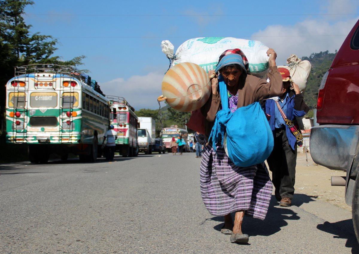 Personas de todas las edades son afectadas con los bloqueos de carreteras. (Foto Prensa Libre: Hemeroteca PL)