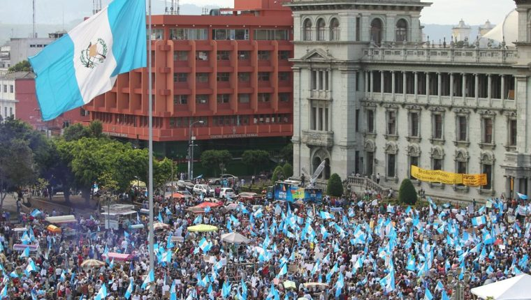 Miles de guatemaltecos toman la Plaza de la Constitución y exigen la renuncia del presidente Otto Pérez Molina. (Foto Prensa Libre: Esbin García)
