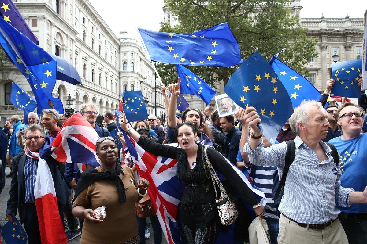 Gobierno británico empieza a negociar el <em>brexit </em>con UE