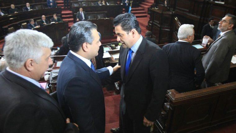 Los oficialistas Javier Hernández y Armando Melgar Padilla felicitan al nuevo presidente del Congreso, Oscar Chinchilla. (Foto Prensa Libre: Esbin García)