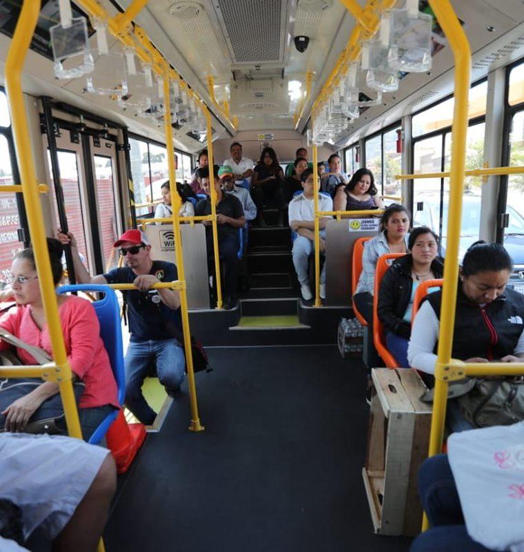 El bus eléctrico tiene capacidad para 56 pasajeros. (Foto Prensa Libre: Erick Ávila)