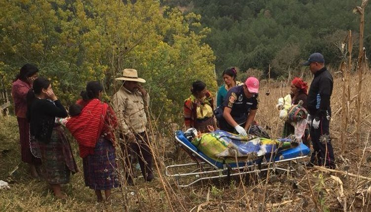 Socorristas atienden a la mujer que dio a luz entre un sembradío de maíz en San Pedro Jocopilas, Quiché. (Foto Prensa Libre: Héctor Cordero)