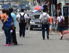 Estudiantes caminan por una calle de la cabecera departamental de Escuintla. (Foto Prensa Libre: Enrique Paredes)