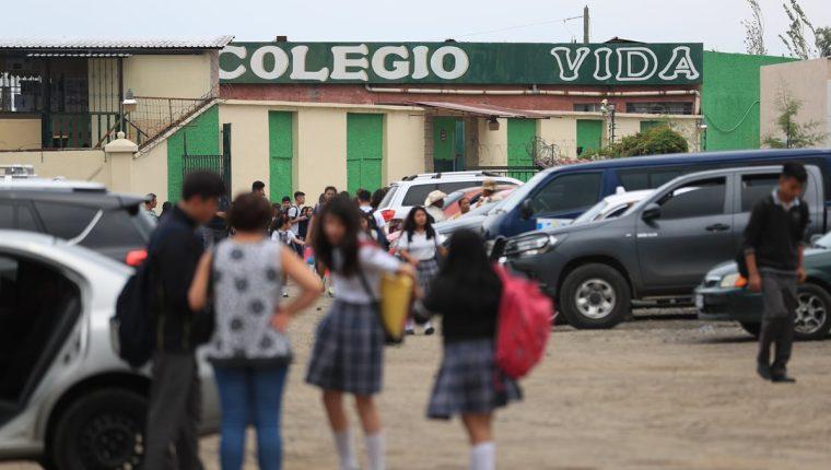 Colegio Cristiano Vida, ubicado en zona 6 de Villa Nueva, en donde padres denuncian que han sido obligados a que los niños que están solventes de pagos usen un brazalete. (Foto Prensa Libre: Carlos Hernández)