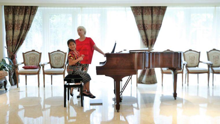 La guatemalteca Yahaira Tubac recibió una clase magistral con la pianista rusa Larissa Belotserkosvkaia, en la residencia del embajador del mencionado país. (Foto Prensa Libre: Pablo Juárez Andrino)