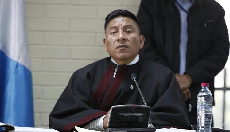 El juez Pablo Xitumul asegura que es vigilado y fue insultado por un hombre y fotografiado por policías. (Foto Prensa Libre: Hemeroteca)