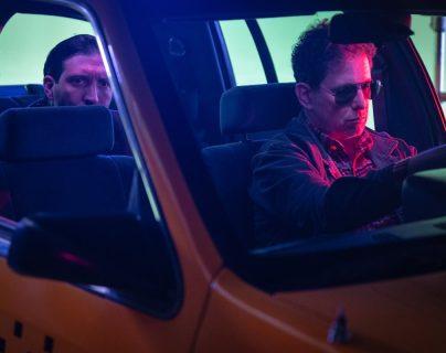 En el nuevo videoclip de Andrés Calamaro, el músico argentino —derecha— juega a ser Robert De Niro en la película Taxi Driver. (Foto Prensa Libre: Universal Music)
