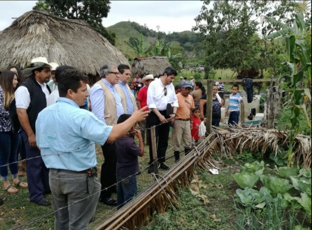 El secretario de la OEA, Luis Almagro y el canciller guatemalteco visitan la Zona de Adyacencia. Foto Prensa Libre: Minex.