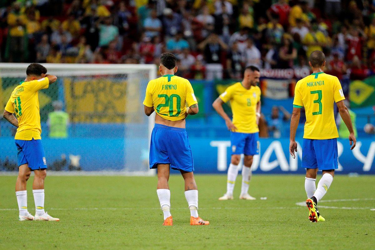 Jugadores brasileños lamentan la derrota 2-1, durante el partido contra Bélgica, de cuartos de final del Mundial de Rusia 2018, en el Kazán Arena. (Foto Prensa Libre: EFE).