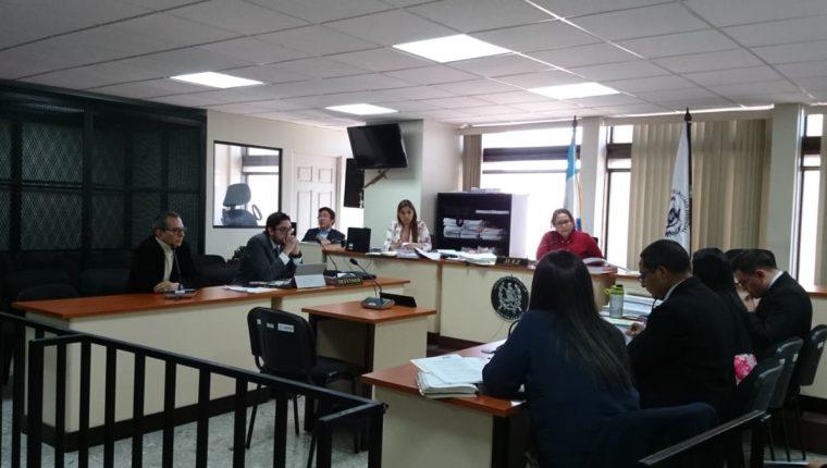 Alfredo Estuardo Morataya Paz -izquierda- se declaró culpable y la jueza Silvia de León lo condenó a tres años de prisión y le suspendió la cárcel con la advertencia de su buen comportamiento. (Foto Prensa Libre: Cortesía)