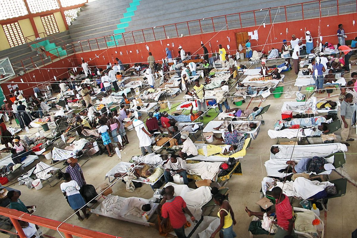 Haitianos infectados por el cólera reciben atención en Puerto Príncipe, Haití.(EFE).