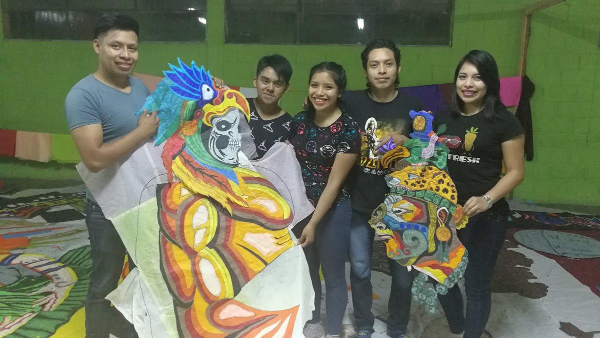 Artesanos de Sumpango y Santiago Sacatepéquez preparan sus obras en papel de china