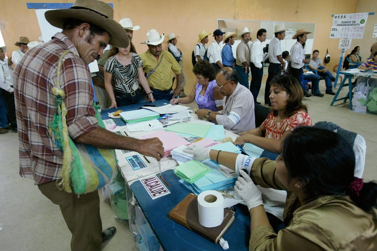 TSE busca limitar la reelección de diputados y alcaldes
