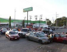 Taxistas bloquearon el paso en Puerto Barrios, Izabal. (Foto Prensa Libre: Dony Stewart)