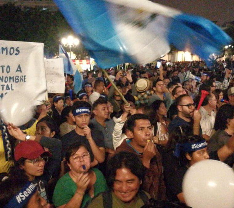 Un grupo de manifestantes consultados por Usac es Pueblo gritan consignas en contra de Morales mientras él brinda su discurso de Independencia. (Foto Prensa Libre: Álvaro González)