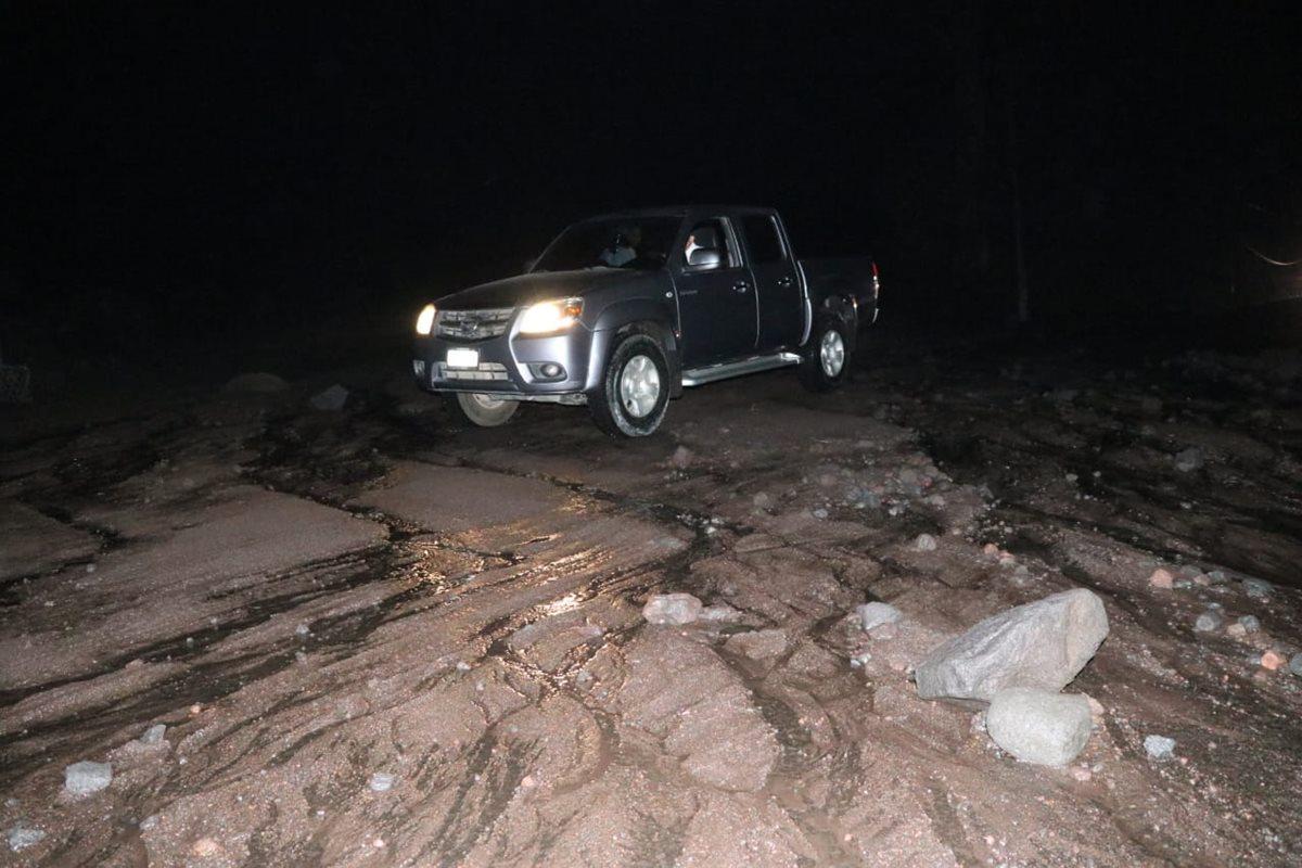 Rocas de tamaño considerable se observan sobre el asfalto. (Foto Prensa Libre: Carlos Paredes)