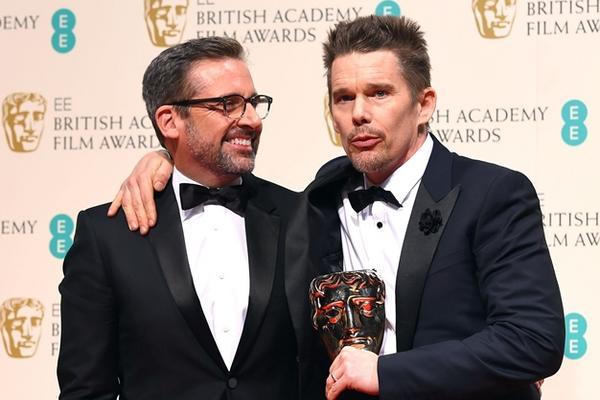 Los actores Steve Carell y Ethan Hawke reciben el premio de mejor director en nombre de Richard Linklater, en la gala de los Bafta (Foto: AP).