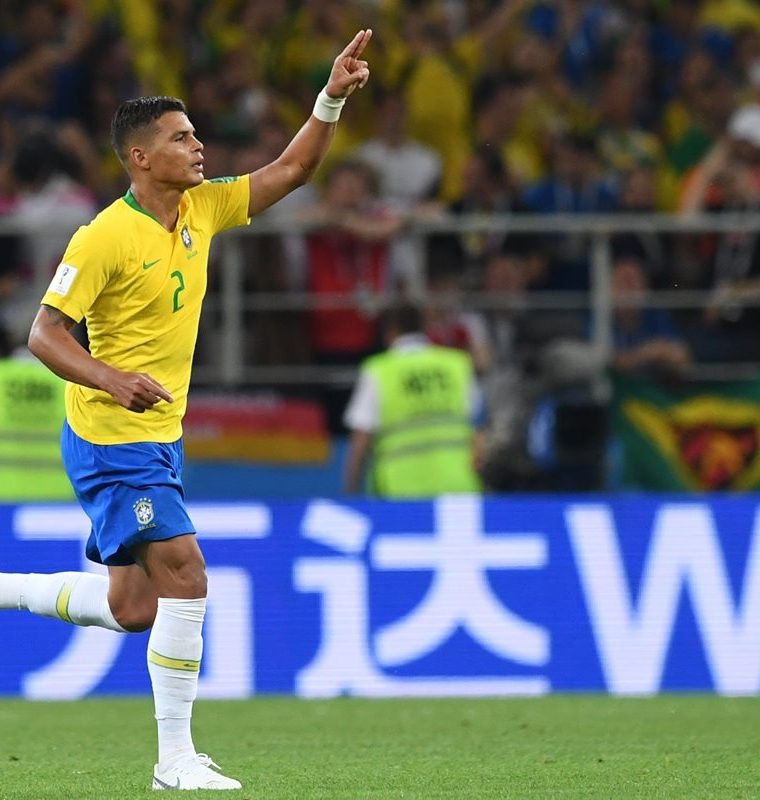Así celebró Thiago Silva el segundo gol de la canarinha contra Serbia. (Foto Prensa Libre: AFP)