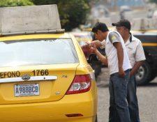 Taxistas identifican vehículo que conducía su compañero de trabajo en la zona 11. (Foto Prensa Libre: Erick Ávila)