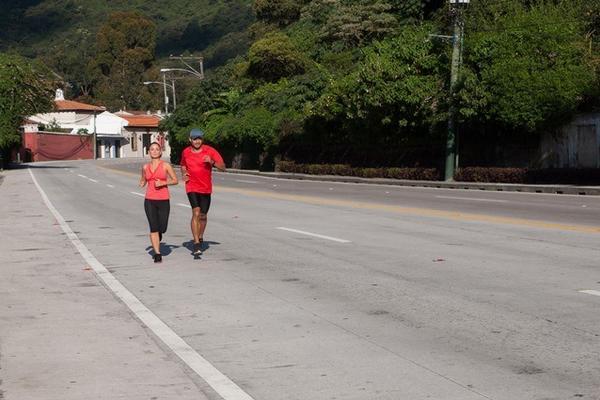 Ariana Pizzatti, directora de Mercadeo de Ecofiltro, y Leonel Mijangos, fotógrafo, correrán 113 kilómetros de Antigua Guatemala a Panajachel. (Foto Prensa Libre: Cortesía Geovani Morales)